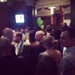DMH minglar i lobbyn på @hantverksgalan, fullsmockat! #hantverkare #bygg Läs…
